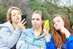 2 девушки делая Selfies одну самостоятельно Стоковые Фото