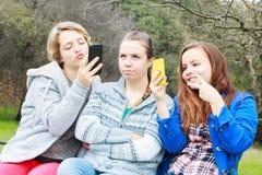 2 девушки делая Selfies одну самостоятельно Стоковые Изображения