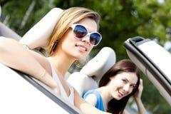 2 девушки едут cabriolet Стоковое Изображение RF