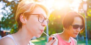 2 девушки едят в парке Стоковое Изображение