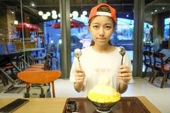 девушки едят сыр манго Bingsu - корейский десерт Стоковые Фото