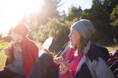 2 девушки едят outdoors Стоковая Фотография RF