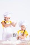 2 девушки замешали тесто, муку, яичко Стоковое Фото