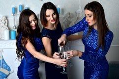 3 девушки заполняют стекло шампанского Стоковое Фото