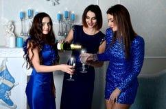 3 девушки заполняют стекло шампанского Стоковая Фотография RF