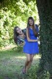 2 девушки за деревом Стоковая Фотография RF