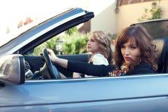2 девушки за колесом автомобиля с откидным верхом Стоковые Изображения RF
