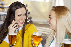 девушки знонят по телефону говорить Стоковая Фотография RF