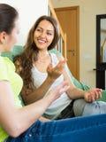 2 девушки злословя на софе дома Стоковое Изображение RF