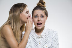 2 девушки злословя, одной ужаснуты Стоковые Изображения