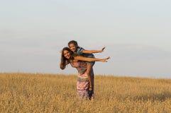 2 девушки играют в поле Стоковые Фотографии RF