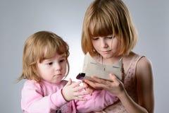 2 девушки играют с стеклами виртуальной реальности Стоковая Фотография