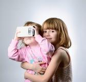 2 девушки играют с стеклами виртуальной реальности Стоковые Фотографии RF