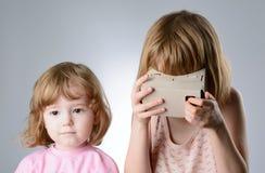 2 девушки играют с стеклами виртуальной реальности Стоковое Изображение
