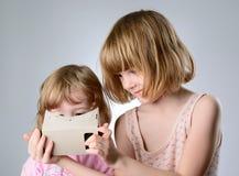 2 девушки играют с стеклами виртуальной реальности Стоковая Фотография RF
