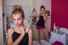 2 девушки играя в их комнате Стоковая Фотография