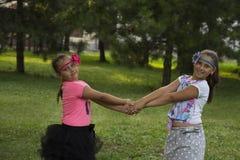 2 девушки играя в парке Стоковые Фото