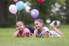 2 девушки играя в парке Стоковая Фотография
