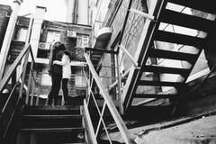 2 девушки играя в улице совместно Стоковая Фотография
