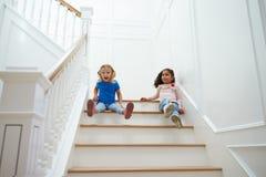 2 девушки играя игру на лестнице дома Стоковое Изображение RF