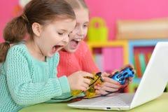 2 девушки играя игру Стоковое Фото