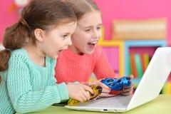 2 девушки играя игру Стоковое Изображение RF