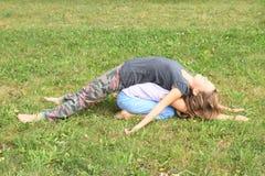 2 девушки играя и лежа на одине другого Стоковая Фотография