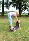 2 девушки играя и стоя на одине другого Стоковые Изображения RF