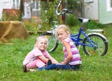 2 девушки играя на зеленой траве Стоковая Фотография RF