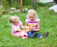 2 девушки играя на зеленой траве Стоковое фото RF