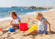 2 девушки играя на пляже Стоковая Фотография RF