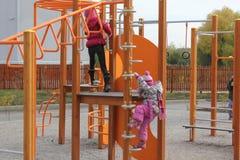 2 девушки играя на спортивной площадке 18737 Стоковые Изображения