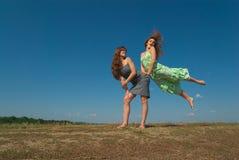 2 девушки играя на холме Стоковое фото RF