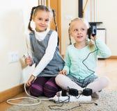 2 девушки играя с электричеством Стоковые Изображения RF
