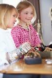 2 девушки играя с ювелирными изделиями и составляют Стоковая Фотография