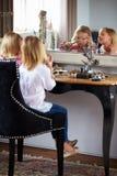 2 девушки играя с ювелирными изделиями и составляют Стоковое фото RF