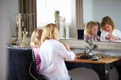 2 девушки играя с ювелирными изделиями и составляют Стоковые Фото