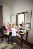 2 девушки играя с ювелирными изделиями и составляют Стоковое Фото