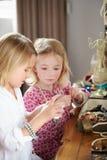 2 девушки играя с ювелирными изделиями и составляют Стоковое Изображение