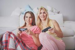 девушки игры играя видео Стоковые Фото