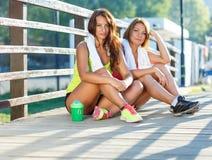 2 девушки имеют остатки после работать Стоковое Фото