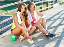 2 девушки имеют остатки после работать outdoors Стоковая Фотография RF