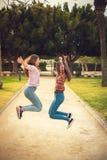 2 девушки имеют потеху в парке Стоковая Фотография RF