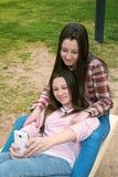 2 девушки имеют потеху в парке Стоковое Изображение