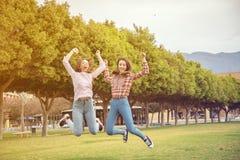 2 девушки имеют потеху в парке Стоковые Фотографии RF