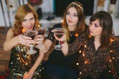 3 девушки имея здравицу для ` s Eve Нового Года, фокуса на glas Стоковое Изображение