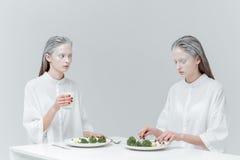 2 девушки имея обед на таблице Стоковая Фотография RF