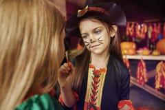 2 девушки имея партию хеллоуина Стоковое Изображение