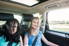 2 девушки имея потеху в автомобиле Стоковое Изображение RF