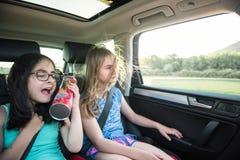 2 девушки имея потеху в автомобиле Стоковое фото RF